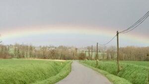 Un arc en ciel en printemps dans la région de Bretagne