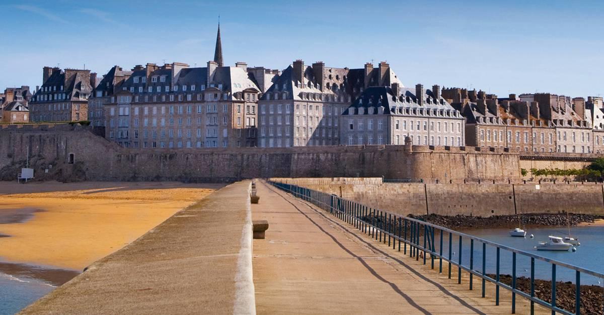 La façade principale de la cité Saint-Malo